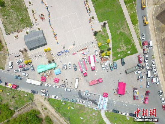 5月23日,甘肃白银市景泰县黄河石林景区内的救援车辆。(无人机照片) 中新社记者 高展 摄