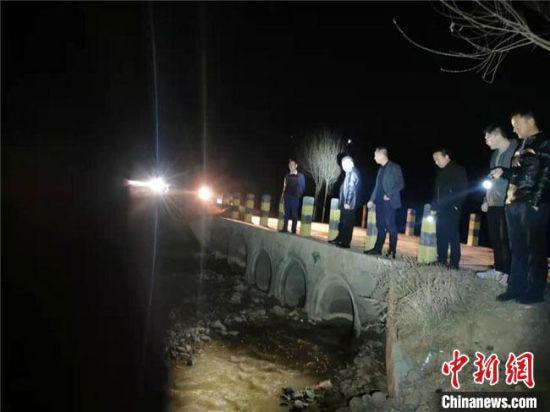 图为甘肃平凉市庄浪县巡河员夜间巡河。(资料图) 王卫军 摄