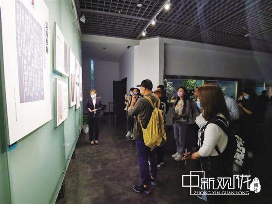采访团参观长沙简牍博物馆。 李昕 摄