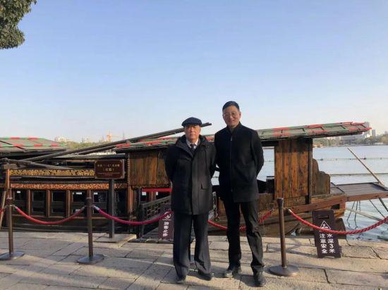 中新社记者在南湖边采访中共一大代表王尽美烈士后人王明华。