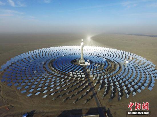 2016年,全球第三座、亚洲第一座可实现24小时连续发电的熔盐塔式光热电站在甘肃酒泉敦煌并网发电。(无人机照片) 中新社记者  杨艳敏 摄