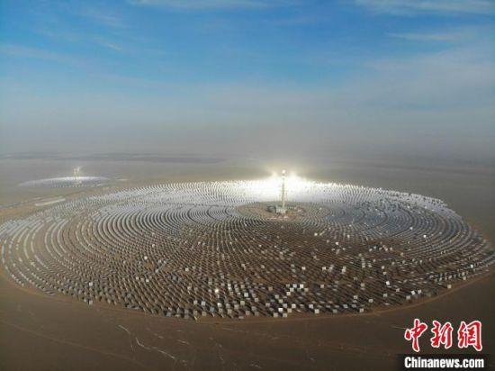 2018年12月27日,中国首个百兆瓦级熔盐塔式光热电站在甘肃敦煌建成。(资料图)   杨艳敏 摄
