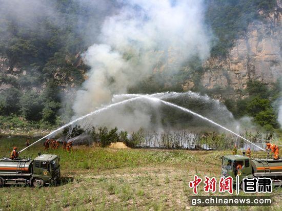 图为指战员在利用泵车结合方式压制后头。