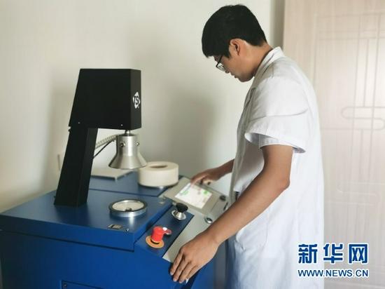检测人员正在进行颗粒过滤效率实验。(李昊 摄)