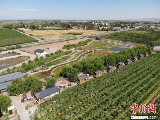 2021年8月航拍的甘肃省张掖市甘州区境内的乡村面貌。 杨艳敏 摄
