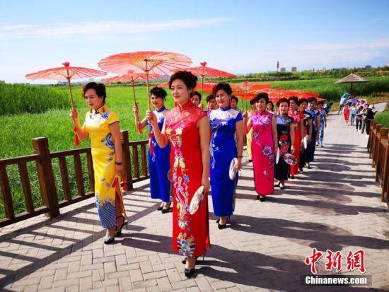 旗袍爱好者手持油纸伞,身着精美的旗袍,一展中国传统之美。吴学珍 摄