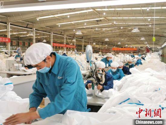 际华公司兰州新区生产作业区域内,4条生产线开足马力生产医用防护服。 张建平 摄