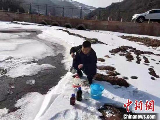 图为1月底,甘肃省生态环境厅监测技术人员采集饮用水水源地水质样品。 甘肃省生态环境厅供图