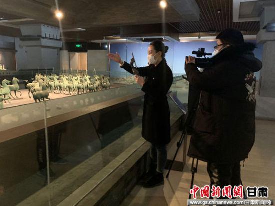 """2月底,甘肃省博物馆参与的""""云春游""""线上直播吸粉近百万。图为甘肃省博物馆讲解员王雪麟正在进行淘宝直播。"""