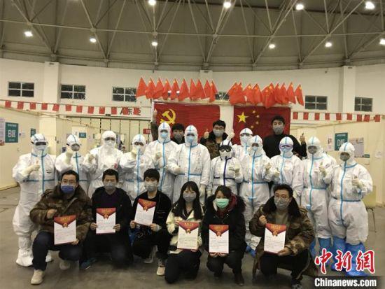 图为甘肃省第二批援助湖北医疗队第六组医护人员。受访者供图