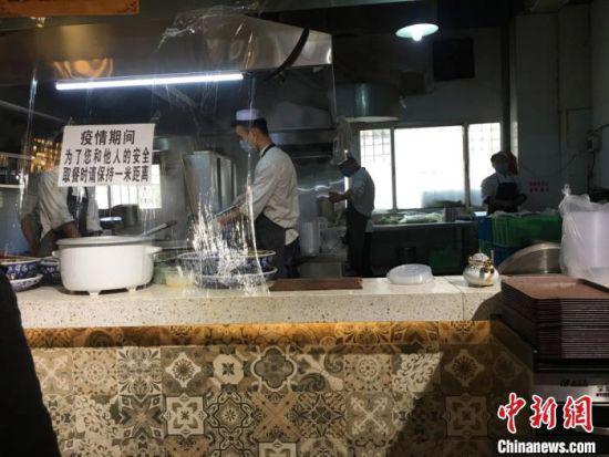 图为兰州牛肉面馆取餐窗口。 张婧 摄