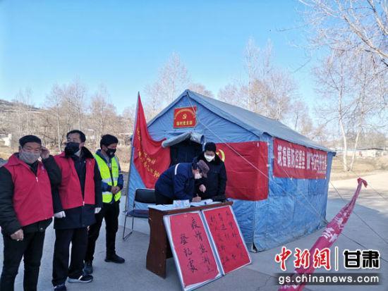 定西市陇西县税务局驻村帮扶工作队在帮扶村村口检查