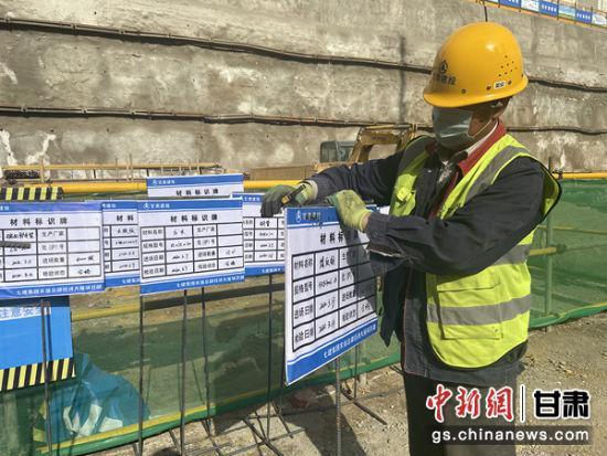 图为甘肃建投七建集团农垦总部经济大厦项目材料管理工正在进行材料标示牌制作。 高康迪 摄