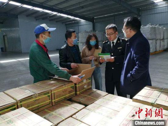 3月底,甘肃500千克,货值3万港元的熟制黑瓜子顺利出口至马来西亚。图为海关工作人员对出口瓜子进行检疫。 兰州海关供图