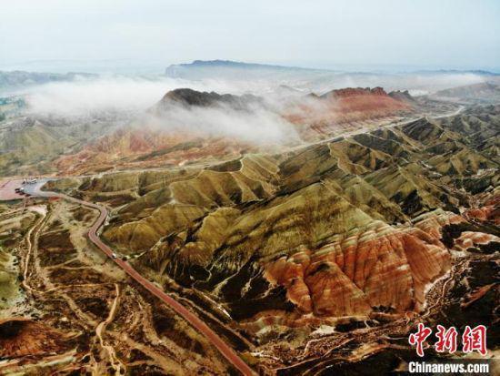 图为航拍下的云海丹霞。(资料图) 杨艳敏 摄