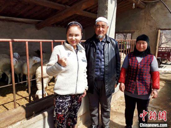 图为尹建敏在东乡县入户走访,和当地农民打交道。