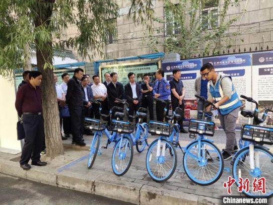 9月4日,甘肃省城市管理部门相关负责人现场观摩共享单车3.0模式。