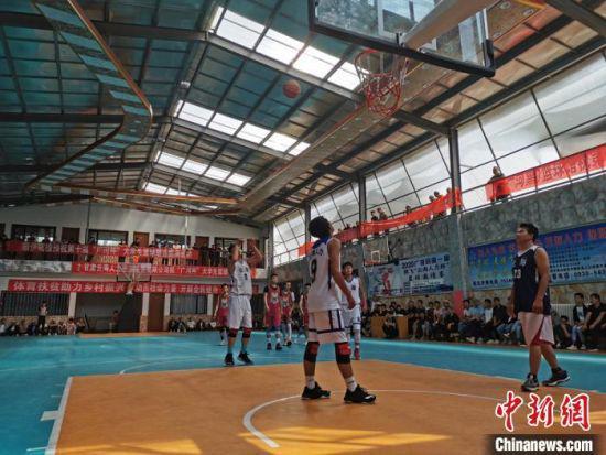 图为临夏州广河县俱乐部内,篮球运动员进行篮球比赛。