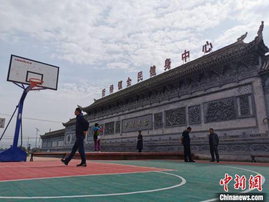 图为位于临夏市折桥镇的全民健身中心。