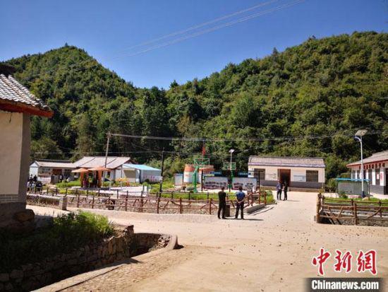 图为9月初,经过乡村综合治理后的吊草村景观。 冯志军 摄