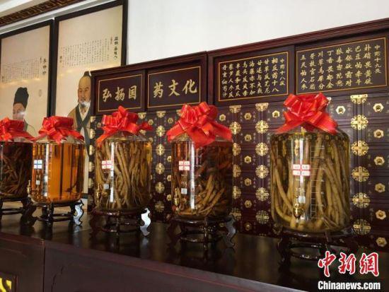 2020年6月,甘肃省定西市渭源县田家河乡元古堆村一家中药材生产加工企业的药材展示。