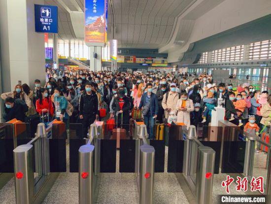 10月8日,中国铁路兰州局集团将迎来旅客返程高峰,预计发送旅客28.1万人次。