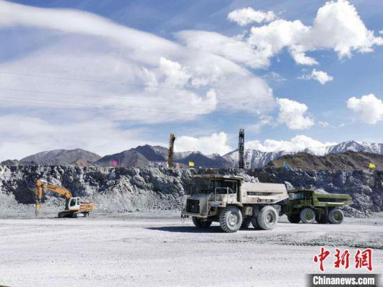 图为无人驾驶的矿车在运输矿石。(资料图) 闻军年 摄