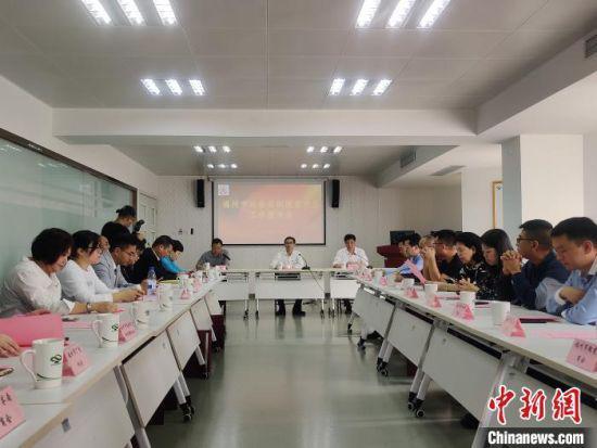 福州市社会组织脱贫攻坚工作座谈会在福州市社会组织(社工)创业园举行。 叶秋云 摄