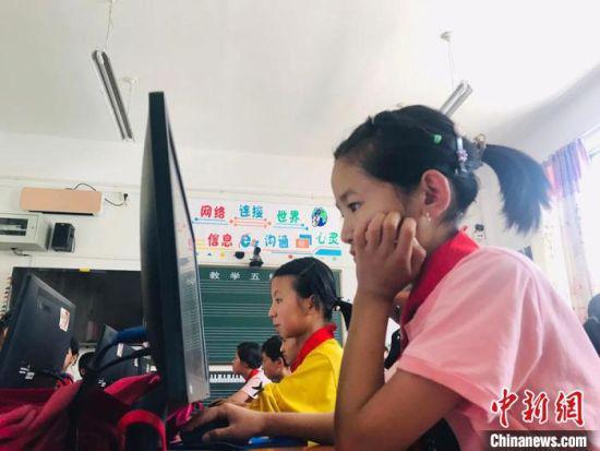 2020年6月,甘肃临夏州东乡县东乡族学生使用电脑查阅资料。(资料图)