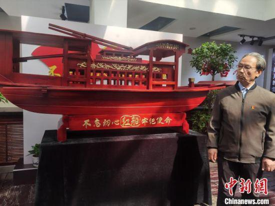 """图为张有学向前来瞻仰""""红船""""模型的干群介绍""""红船""""精神。 崔琳 摄"""
