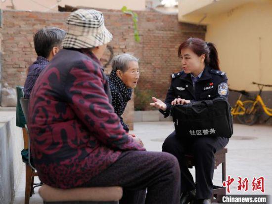 图为刘兰香在社区工作。(资料图) 受访者供图