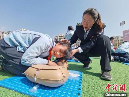 4月28日,甘肃省紧急医疗救援中心的专业人员为兰州市小学生教授心脏复苏技能。 闫姣 摄