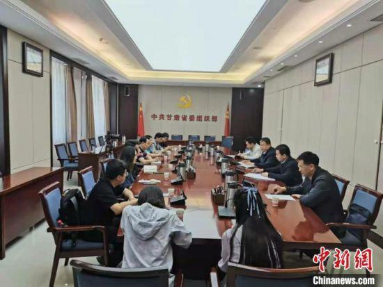 """5月12日,""""扫黑除恶甘肃答卷 向党和人民报告""""全媒体采访团在甘肃省委组织部进行采访。 高康迪 摄"""
