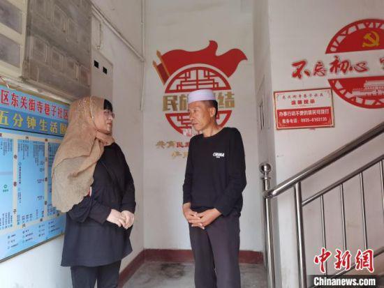 图为东关街寺巷子社区居民马玉霞(左一)在楼院里与邻居聊天。 崔琳 摄