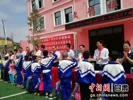 图为魏玉清带领工作人员为贫困山区的孩子捐赠书籍。(资料图) 受访者供图