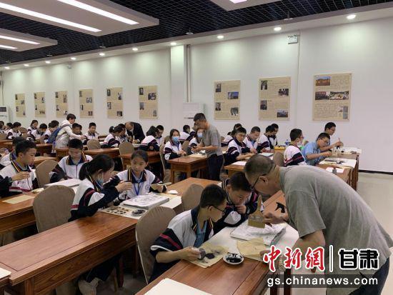 研学团队在敦煌阳关研学基地学习拓片制作。