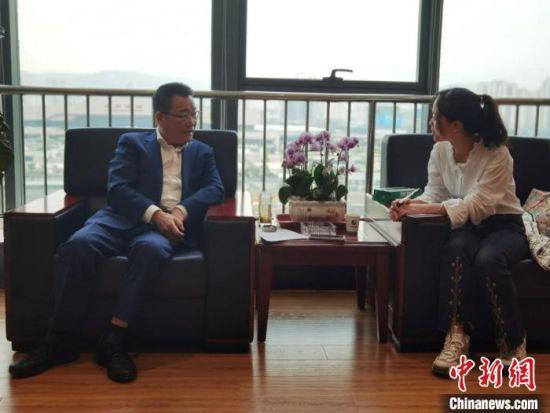 5月下旬,甘肃陇神戎发药业股份有限公司董事长(左)接受中新网记者采访,讲述他带着陇药闯世界的故事。 刘延新 摄