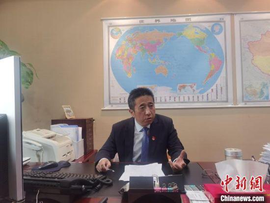 图为兰州银行行长蒲五斤接受中新网记者采访。 崔琳 摄