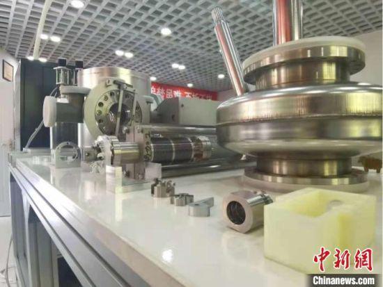 图为周鹏及团队研发出的核实验精密设备,陈列在实验室中。 闫姣 摄
