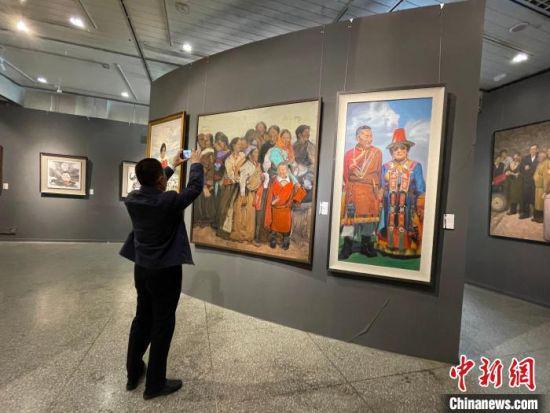 5月28日,甘肃民族书画摄影作品首展在甘肃省博物馆开展。 郭秀瑞 摄