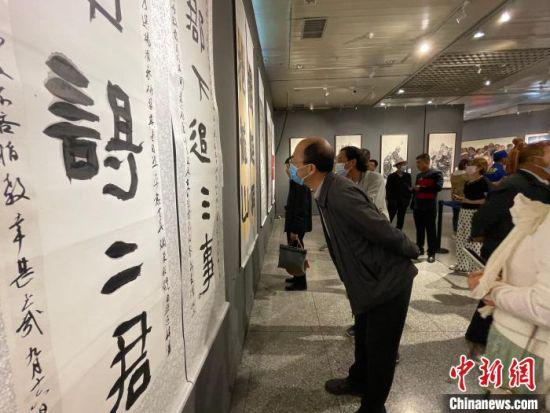 图为甘肃民族书画摄影作品首展现场。 郭秀瑞 摄
