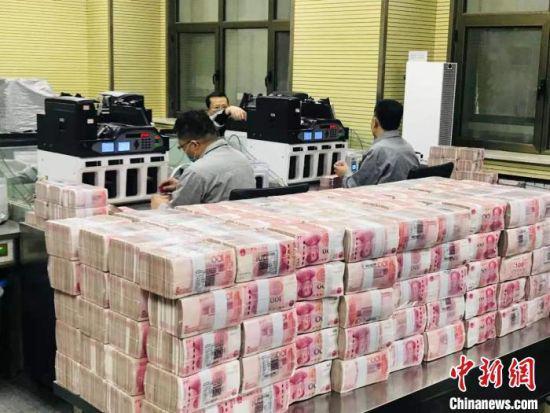 甘肃一银行的点钞员在清点人民币。(资料图) 艾庆龙 摄
