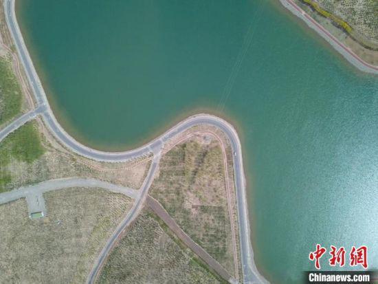2021年5月,黑河(甘州段)左岸黑河滩的张掖城市森林公园建设现场,昔日戈壁乱石滩成为城市后花园。 高展 摄
