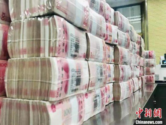 人民币整体摆放。 艾庆龙 摄及边缘户146.11万户。