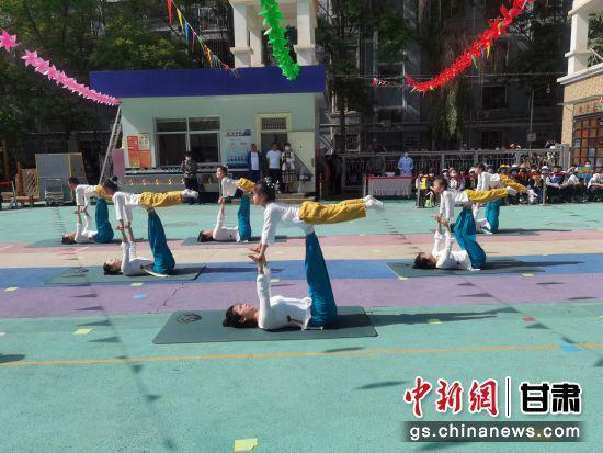图为亲子瑜伽体育展演。