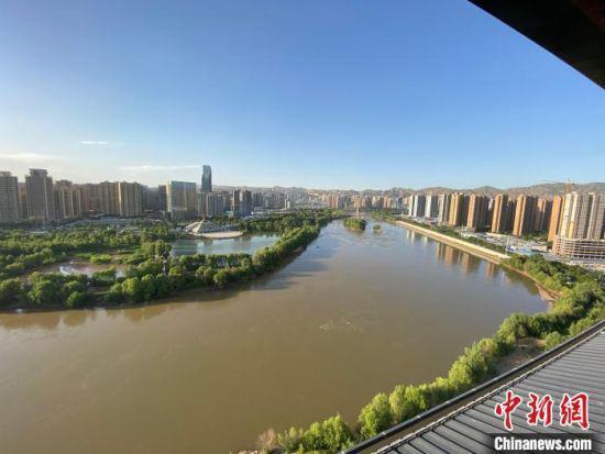 6月4日,站在黄河楼拍摄黄河。 高展 摄