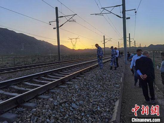 图为6月4日傍晚,调查组在事故现场进行勘察。 冯志军 摄