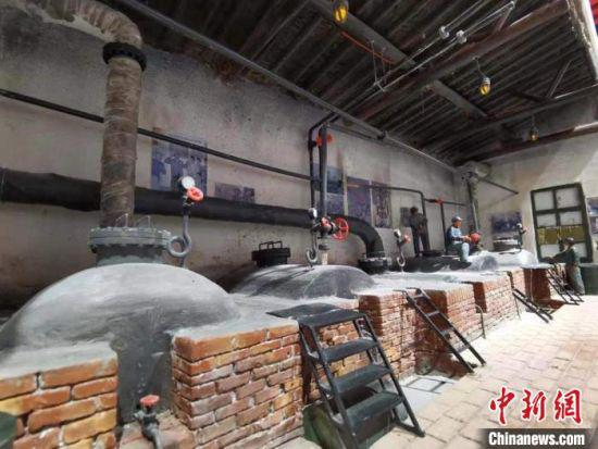"""玉门市地处甘肃河西走廊西端,被誉为中国石油工业的""""摇篮""""。图为石油工人模型。 张婧 摄"""