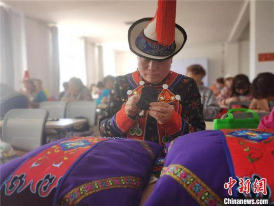图为肃南裕固族民众参加免费技能培训班。 史静静 摄