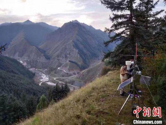 图为科技人员在祁连山进行野外观测试验。(资料图) 甘肃省气象局供图
